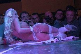 Блондинка показывает стриптиз на сцене