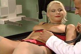 Немка блондинка трахается с гинекологом
