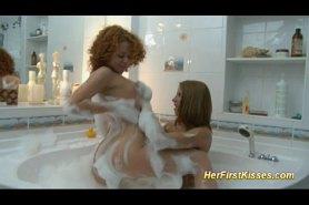 Лезбиянки в ванной ласкаются