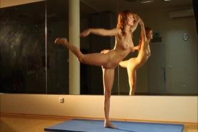 Голая гимнастика у зеркала
