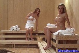 Две девушки целуются в сауне