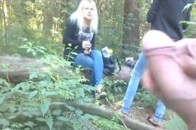 Парень дрочит перед девушкой в лесу