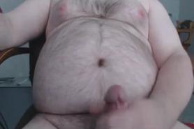 Толстый мужик дрочит перед камерой
