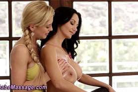 Голые телоки познают лесбийскую страсть
