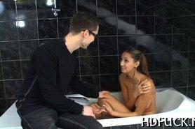 Очкарик трахает телку в ванной