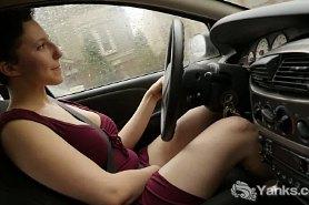 Телка мастурбирует в машине стоя в пробке