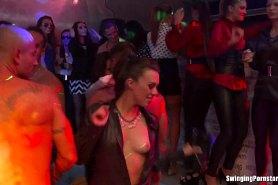 Пятница  и вэтом эротическом клубе полно сексуальных девушек