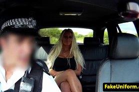 Раздвинула ножки и отдалась полицейскому