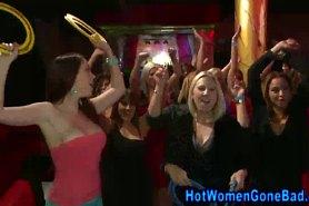 Девушки страстно сосут члены у танцующих стриптизеров