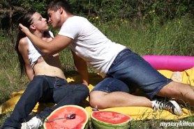 Молодые поели арбуза и потрахались на природе