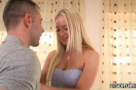 Парень  в кресле смотрит как блондинка раздевается