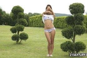 Красивая девушка разделась догола в саду
