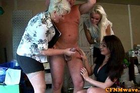 Зрелая баба покажет мастер класс  по сосанию членов