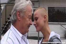 Дед трахает лысую девушку