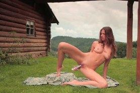 Деревенская девушка мастурбирует на лужайке