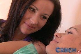 Студентки лесбиянки наслаждаются на кровати ласками
