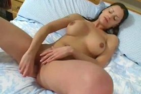 Подглядывание за мастурбирующей девушкой
